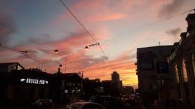 Καλώδια που διασχίζονται τον ουρανό βραδιού στο κέντρο του Βλαδιβοστόκ στοκ φωτογραφίες