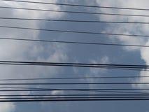 Καλώδια που ευθυγραμμίζουν τον ουρανό στοκ εικόνα με δικαίωμα ελεύθερης χρήσης