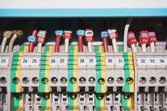 Καλώδια που συνδέονται ηλεκτρικά με τους αριθμημένους ηλεκτρονόμους Στοκ Εικόνες
