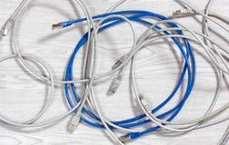 Καλώδια Ethernet σε ένα ξύλινο υπόβαθρο Στοκ φωτογραφία με δικαίωμα ελεύθερης χρήσης