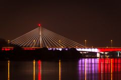 Καλώδιο-μένοντη γέφυρα τη νύχτα Στοκ φωτογραφία με δικαίωμα ελεύθερης χρήσης