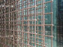 Καλώδιο σιδήρου με το υπόβαθρο γυαλιού για το κτήριο ουρανοξυστών, κινηματογράφηση σε πρώτο πλάνο στοκ εικόνα