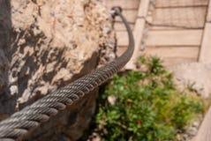 καλώδιο χάλυβα που καθορίζεται στο βράχο για την ασφάλεια της διαδρομής περπατήματος στα βουνά της Ελβετίας στοκ εικόνα