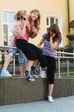 καλώντας τα τηλέφωνα κοριτσιών νέα Στοκ εικόνες με δικαίωμα ελεύθερης χρήσης
