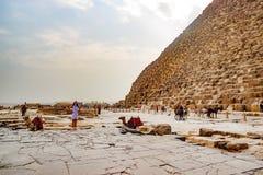 Καμήλα κοντά στην αρχαία πυραμίδα στο Κάιρο, Αίγυπτος Στοκ εικόνα με δικαίωμα ελεύθερης χρήσης