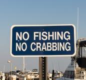 Καμία αλιεία και κανένα crabbing σημάδι σε μια μαρίνα στοκ φωτογραφίες