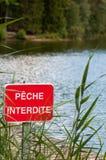Καμία απαγόρευση σημαδιών αλιείας που αλιεύει στην άκρη μιας λίμνης, Γαλλία Στοκ φωτογραφία με δικαίωμα ελεύθερης χρήσης