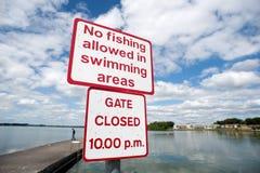 Καμία αλιεία δεν επέτρεψε στο κολυμπώντας σημάδι περιοχής Στοκ φωτογραφία με δικαίωμα ελεύθερης χρήσης