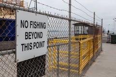 Καμία αλιεία πέρα από αυτό το σημάδι σημείου στο φράκτη πλέγματος Στοκ Εικόνες