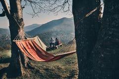 Καμία βιασύνη Νέο ζεύγος που έχει το πρόγευμα καθμένος από το στρατόπεδο Στοκ Φωτογραφία