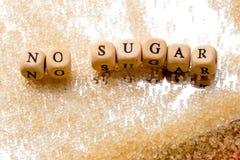 Καμία ζάχαρη - στα ξύλινα κεφαλαία γράμματα με τους κόκκους της ζάχαρης στο mir Στοκ Φωτογραφίες