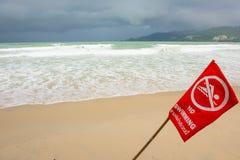 Καμία κολύμβηση εδώ του σημαδιού στην παραλία σε Phuket, Ταϊλάνδη Στοκ Φωτογραφία