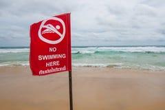 Καμία κολύμβηση εδώ του σημαδιού στην παραλία Στοκ εικόνες με δικαίωμα ελεύθερης χρήσης