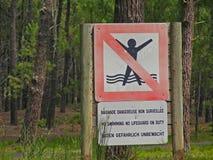Καμία κολύμβηση κανένα lifeguard στο σημάδι καθήκοντος, στην ακτή Atlantique από το Μπορντώ Στοκ Φωτογραφία