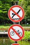 Καμία κολύμβηση και κανένα σημάδι ανακύκλωσης Στοκ Εικόνες