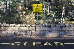 Καμία παύση έξω από το σημάδι σχολικής οδικής ασφάλειας δεν κρατά σαφής ενάντια στο μπλε ουρανό στοκ φωτογραφία με δικαίωμα ελεύθερης χρήσης