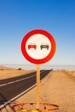 καμία προσπέραση Απαγορευμένος για να προωθήσει την ένδειξη Στρογγυλό κόκκινο σημάδι κυκλοφορίας Ωκεάνιος δρόμος ασφαλτώνοντας Στοκ Φωτογραφίες