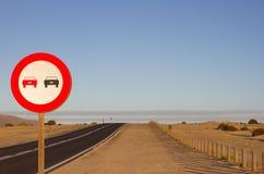 καμία προσπέραση Απαγορευμένος για να προωθήσει την ένδειξη Στρογγυλό κόκκινο σημάδι κυκλοφορίας Ωκεάνιος δρόμος ασφαλτώνοντας Στοκ Φωτογραφία