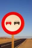 καμία προσπέραση Απαγορευμένος για να προωθήσει την ένδειξη Στρογγυλό κόκκινο σημάδι κυκλοφορίας Ωκεάνιος δρόμος ασφαλτώνοντας Στοκ Εικόνα
