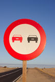 καμία προσπέραση Απαγορευμένος για να προωθήσει την ένδειξη Στρογγυλό κόκκινο σημάδι κυκλοφορίας Ωκεάνιος δρόμος ασφαλτώνοντας Στοκ Εικόνες