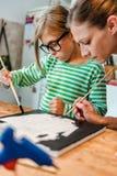 Καμβάς ζωγραφικής μητέρων και κορών Στοκ εικόνες με δικαίωμα ελεύθερης χρήσης