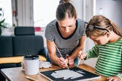 Καμβάς ζωγραφικής μητέρων και κορών Στοκ Εικόνες