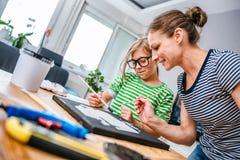 Καμβάς ζωγραφικής μητέρων και κορών Στοκ φωτογραφίες με δικαίωμα ελεύθερης χρήσης