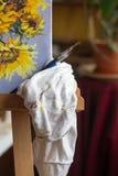 Καμβάς, χρώμα, βούρτσες, μαχαίρι παλετών που βρίσκεται στον πίνακα Στοκ φωτογραφία με δικαίωμα ελεύθερης χρήσης