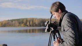 Καμεραμάν με τη κάμερα στο τρίποδο απόθεμα βίντεο