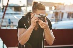 Καμεραμάν που δοκιμάζει τη λαβή ακόμα για να μην φοβίσει τα πουλιά Πορτρέτο του νέου αρσενικού κοιτάγματος φωτογράφων μέσω της κά Στοκ εικόνα με δικαίωμα ελεύθερης χρήσης