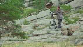 Καμεραμάν στα βουνά απόθεμα βίντεο