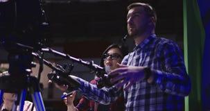 Καμεραμάν στο στάδιο της εργασίας στο στούντιο απόθεμα βίντεο