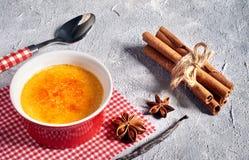 Καμμένη, μμένη κρέμα κρέμας creme brulle με την κανέλα και anis Στοκ Εικόνες