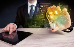 Καμμένος λάμπα φωτός γυαλιού εκμετάλλευσης επιχειρηματιών Στοκ Εικόνες