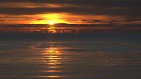Καμμένος ήλιος που θέτει πέρα από τον ωκεανό φιλμ μικρού μήκους