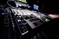 Καμμένος εξοπλισμός νυχτερινών κέντρων διασκέδασης του DJ στοκ εικόνα