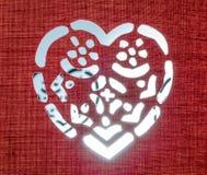 Καμμένος καρδιά σε μια κόκκινη σύσταση στοκ εικόνα