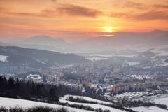 Καμμένος κόκκινος ουρανός πέρα από τους φραγμούς πύργων χιονώδους Dolny Kubin Σλοβακία στοκ εικόνα με δικαίωμα ελεύθερης χρήσης