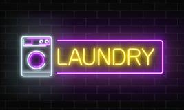 Καμμένος πινακίδα πλυντηρίων νέου στο σκοτεινό υπόβαθρο τουβλότοιχος Φωτισμένη αυτοεξυπηρέτηση washhouse ελεύθερη απεικόνιση δικαιώματος