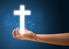 Καμμένος σταυρός στο χέρι μιας γυναίκας Στοκ Εικόνες