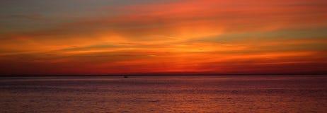 Καμμένος σύννεφα στο ηλιοβασίλεμα πέρα από τη θάλασσα Στοκ φωτογραφία με δικαίωμα ελεύθερης χρήσης