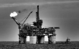 Καμμένος τη πλατφόρμα πετρελαίου ή την εγκατάσταση γεώτρησης εν πλω Στοκ φωτογραφίες με δικαίωμα ελεύθερης χρήσης