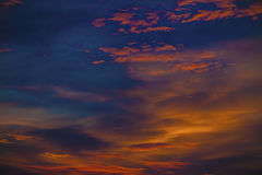 Καμμένος τοπίο υποβάθρου ηλιοβασιλέματος ουρανού και πορτοκαλί υπόβαθρο Στοκ εικόνα με δικαίωμα ελεύθερης χρήσης