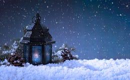 Καμμένος φανάρι σε μια χιονώδη σκηνή διακοπών Χριστουγέννων στοκ φωτογραφίες με δικαίωμα ελεύθερης χρήσης