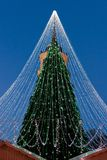 Καμμένος χριστουγεννιάτικο δέντρο με τη διακόσμηση που εγκαθίσταται σε Vilnius της Λιθουανίας Στοκ Φωτογραφία