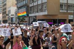 Καμπίνας, São Paulo, Βραζιλία - 29 Σεπτεμβρίου 2018 Οι γυναίκες διαμαρτύρονται ενάντια στο δεξή προεδρικό υποψήφιο Jair Bolsonar στοκ εικόνες