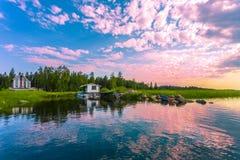 Καμπίνα από τη λίμνη Στοκ εικόνα με δικαίωμα ελεύθερης χρήσης