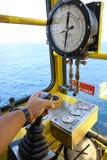 Καμπίνα λειτουργίας γερανών για τον έλεγχο όλος ο εξοπλισμός του γερανού Ο χειριστής γερανών ελέγχει όλη τη λειτουργία του γερανο Στοκ Φωτογραφία