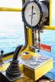 Καμπίνα λειτουργίας γερανών για τον έλεγχο όλος ο εξοπλισμός του γερανού Ο χειριστής γερανών ελέγχει όλη τη λειτουργία του γερανο Στοκ φωτογραφία με δικαίωμα ελεύθερης χρήσης