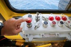 Καμπίνα λειτουργίας γερανών για τον έλεγχο όλος ο εξοπλισμός του γερανού Ο χειριστής γερανών ελέγχει όλη τη λειτουργία του γερανο Στοκ Φωτογραφίες